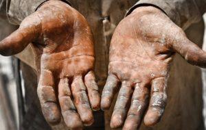 دولت از کارگرانی که در اثر بیماری کرونا بیکار شده اند حمایت میکند